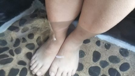 浸かっている足の写真